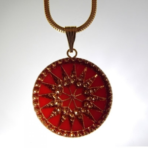 Sun pendant Ø approx 34 mm, red 709 / old gold, with snake, gold, lobster clasp